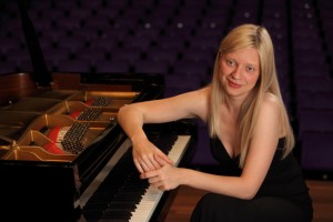 Rachmoninoff genius with her hands on the piano... Valentina Lisitsa on her smart phone, not so much.